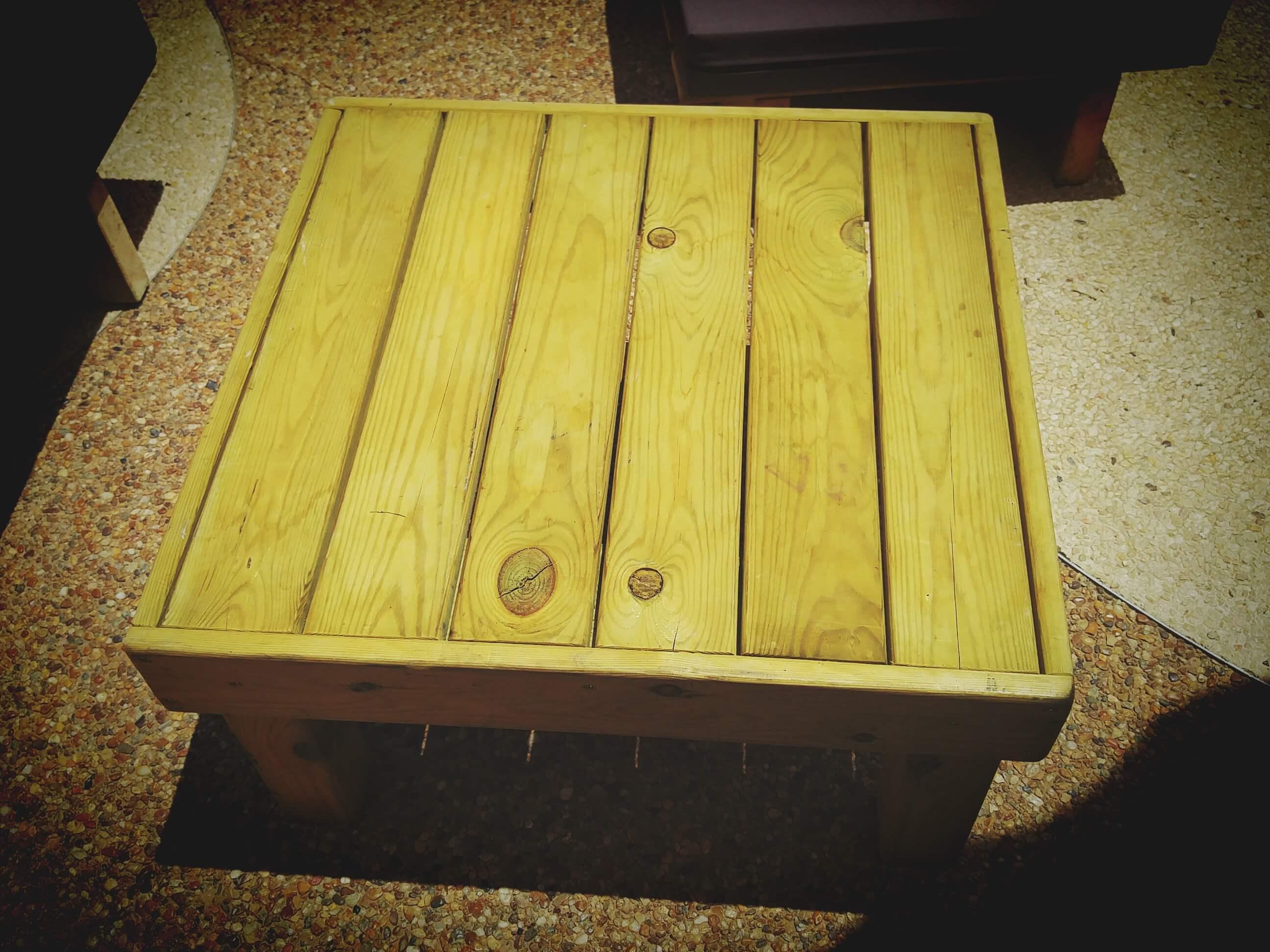 השכרת שולחן עץ נמוך